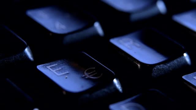 e-taste auf der tastatur finger hautnah. - fingerabdruck stock-videos und b-roll-filmmaterial