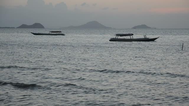 クローズアップの釣り船日没後 - フロレス点の映像素材/bロール