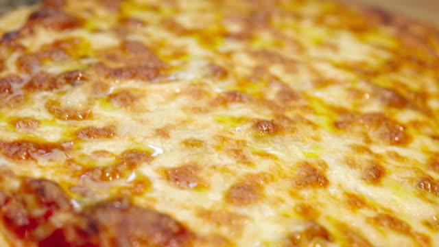 焼きたてのピザの映像をクローズアップ - cheese点の映像素材/bロール