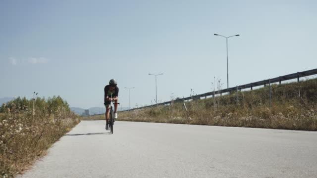 närbild bilder av manliga triathlet fötter cykling en cykel på morgonen, i en solig dag. road bike detaljerad närbild skott - landsväg bildbanksvideor och videomaterial från bakom kulisserna