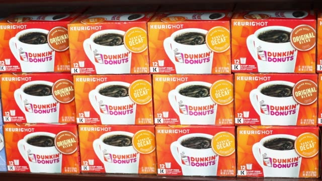 vidéos et rushes de close up footage of tea and coffee bags for sale inside a dunkin' donuts in los angeles ca on august 6 2017 photographer patrick fallon shots cu of... - sac