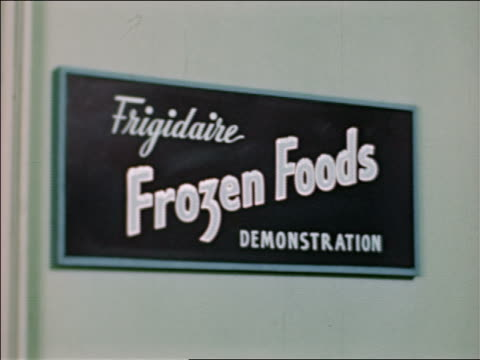 1946 close up frigidaire frozen foods demonstration sign at state fair / industrial /audio - cibi surgelati video stock e b–roll