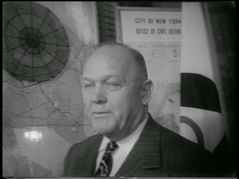 b/w 1951 close up pan from man talking to pointer on nyc map / civil defense director - einzelner mann über 30 stock-videos und b-roll-filmmaterial