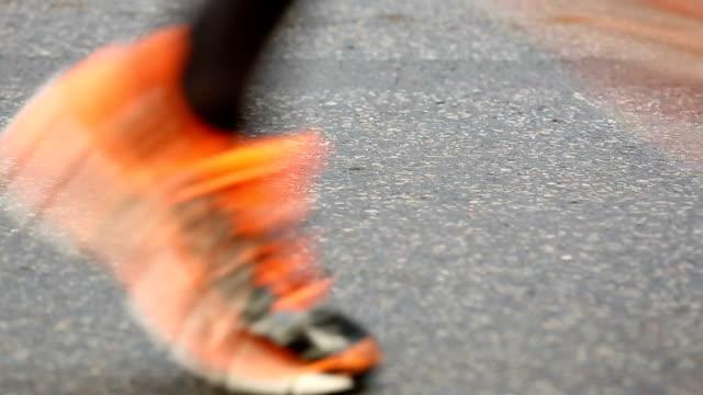 nahaufnahme vom marathon laufen - schuhwerk stock-videos und b-roll-filmmaterial