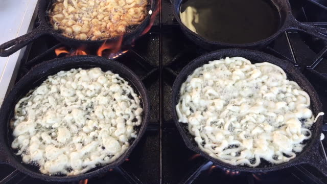 vídeos y material grabado en eventos de stock de close up, funnel cakes cooking - hot cakes