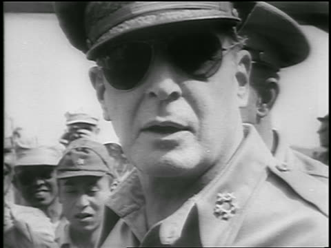 stockvideo's en b-roll-footage met b/w 1950 close up general douglas macarthur in sunglasses turns to camera talks / korean war / newsreel - koreaanse oorlog