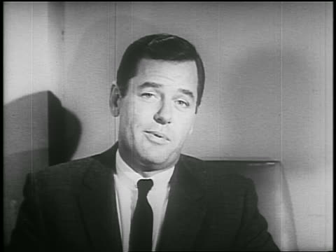 b/w 1955 close up gig young talking to someone off screen / psa - einzelner mann über 30 stock-videos und b-roll-filmmaterial