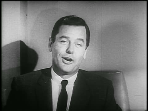 b/w 1955 close up gig young talks to someone off screen then talks to camera / psa - einzelner mann über 30 stock-videos und b-roll-filmmaterial