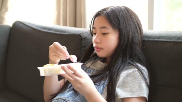 クローズアップ女の子食べる甘いケーキ - 食べ物 サンドイッチ点の映像素材/bロール