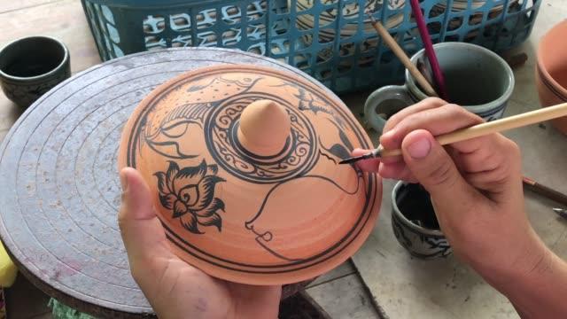 nahaufnahme der hand dekoration keramik celadon, sukhothai thailändische kunst, thai keramik handarbeit - skulptur kunstwerk stock-videos und b-roll-filmmaterial