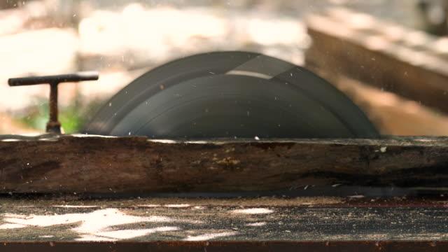vídeos de stock, filmes e b-roll de feche a mão de um carpinteiro trabalhando com serra circular. - serra circular