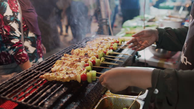 stretta mano dello chef che cucina al mercato notturno dello street food - etnia video stock e b–roll