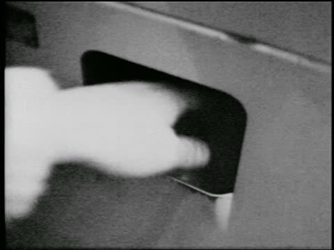 b/w 1957 close up hand of man grabbing apple from vending machine - 1957 bildbanksvideor och videomaterial från bakom kulisserna
