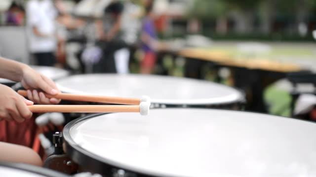 屋外でティンパニ奏者の手を閉じる - 太鼓点の映像素材/bロール