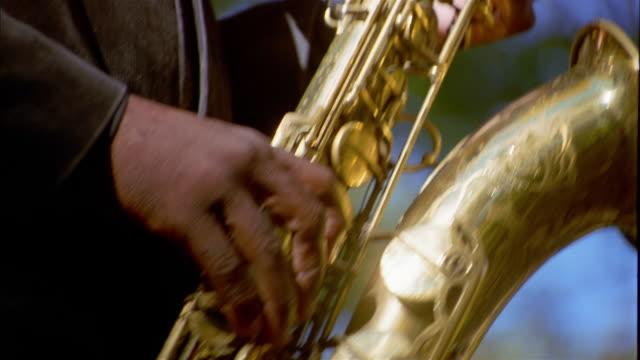 vídeos y material grabado en eventos de stock de close up hand playing saxophone - instrumento de viento