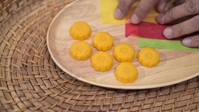 vídeos y material grabado en eventos de stock de cerrar la cocina para la fotografía del postre tailandés, nombre tong eak - tanga