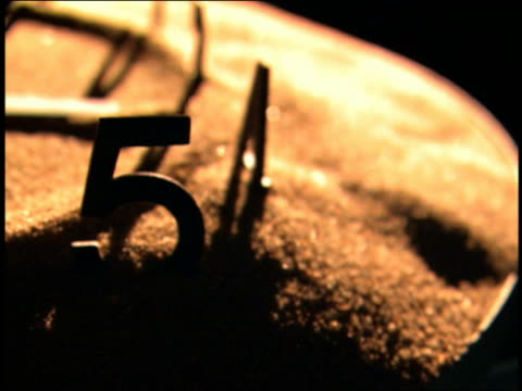 stockvideo's en b-roll-footage met close up hand turning on sand sundial - zonnewijzer