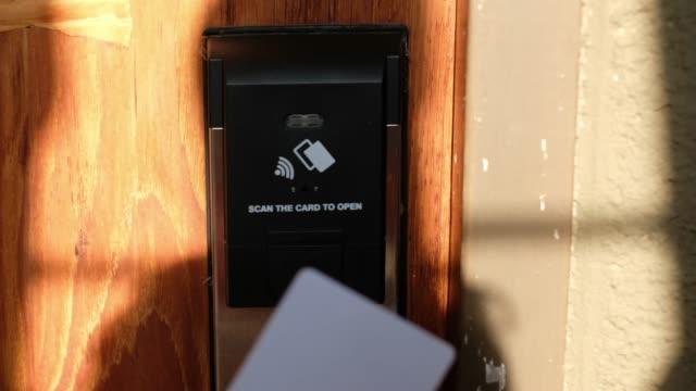 vídeos de stock, filmes e b-roll de close-up mão usar cartão do quarto para sensor de porta aberta - indústria eletrônica
