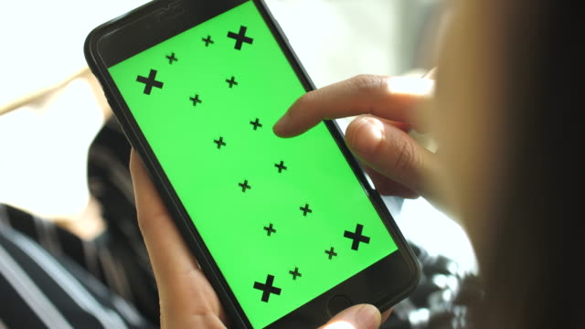 Hand mit Smartphone, Green-Screen hautnah