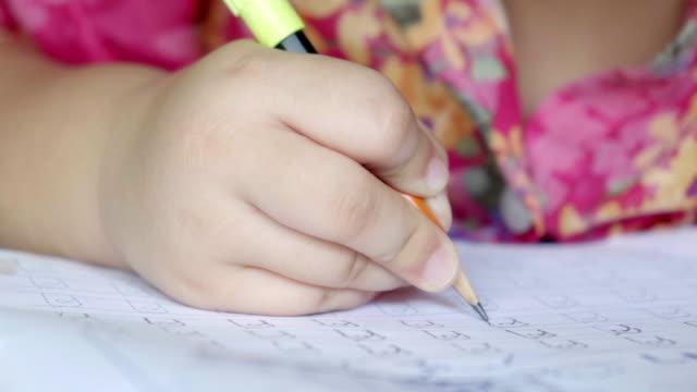 vidéos et rushes de fermez-vous vers le haut des devoirs d'écriture de main. - carnet