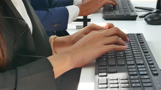 クローズ アップ手事務所の若い女性 - デスクトップ型パソコン点の映像素材/bロール