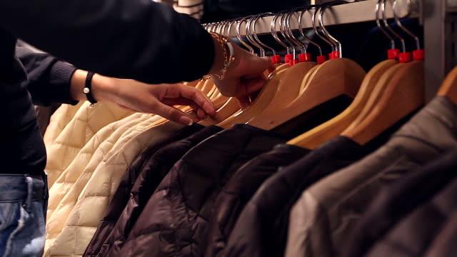 HD : Nahaufnahme Hände Sie Kleidung Einkaufen store in