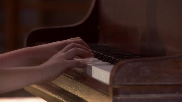vídeos y material grabado en eventos de stock de close up hands of a girl playing piano - piano