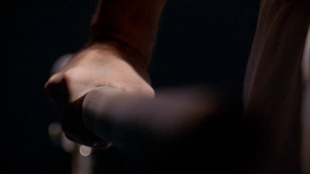 stockvideo's en b-roll-footage met close up hands of male gymnast on parallel bars during routine - de brug