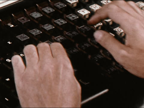 vídeos de stock e filmes b-roll de 1964 close up hands working on linotype keys at new york newsday  / long island, new york / audio - máquina de linótipo