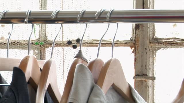stockvideo's en b-roll-footage met close up hangers on clothesrack - kledinghanger