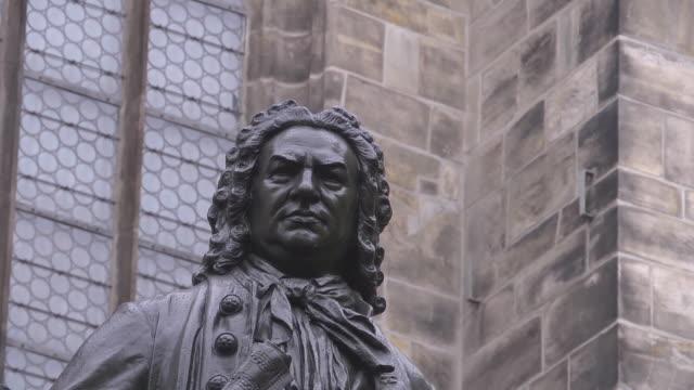 close up head of johann sebastian statue in leipzig - johann sebastian bach stock-videos und b-roll-filmmaterial