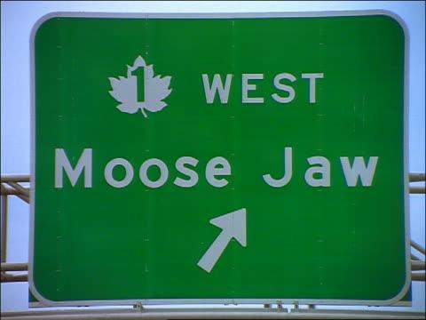 "vidéos et rushes de close up highway sign for ""moose jaw"" / regina, saskatchewan - plaque de rue"