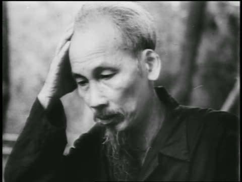 vídeos de stock e filmes b-roll de b/w 1950 close up ho chi minh resting head in hand looking up in thought / newsreel - só um homem maduro