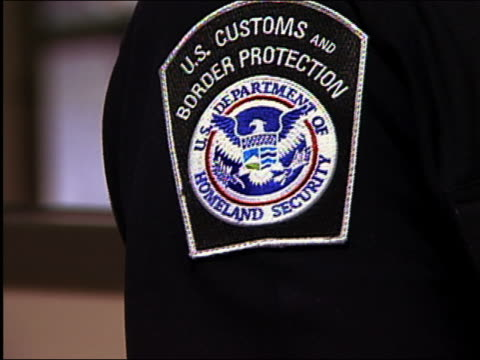 vídeos y material grabado en eventos de stock de 2004 close up homeland security border projection badge on uniform at dulles airport / washington dc - insignia accesorio personal