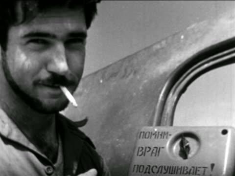 vídeos y material grabado en eventos de stock de close up israeli soldier smoking cigarette + smiling outdoors / middle east / suez crisis - sólo hombres jóvenes