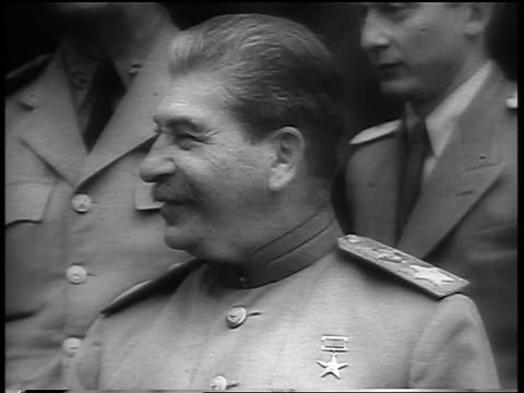vidéos et rushes de b/w 1945 close up joseph stalin in uniform smiling turning to man on right to talk - 1945