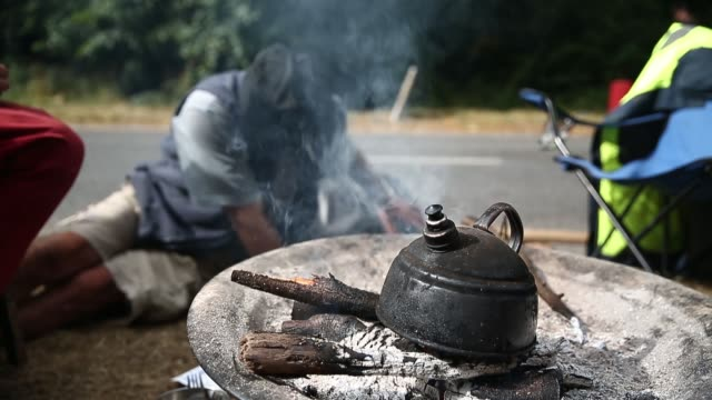 close up, kettle steaming at protestors' camp fire. protesters gather outside a drill site operated by cuadrilla resources ltd on august 19, 2013 in... - west sussex stock videos & royalty-free footage