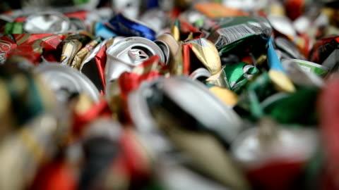 vídeos y material grabado en eventos de stock de cerrar un gran número de latas de bebidas de aluminio para el reciclaje. lata triturada reciclada puede pilas de pacas - aluminio