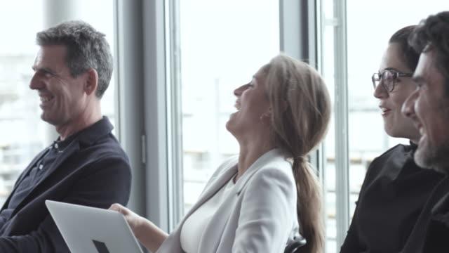 vídeos de stock e filmes b-roll de close up, laughing caucasian businesspeople - comida e bebida