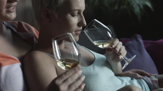 vídeos y material grabado en eventos de stock de close up, lesbian couple sip wine - camisola