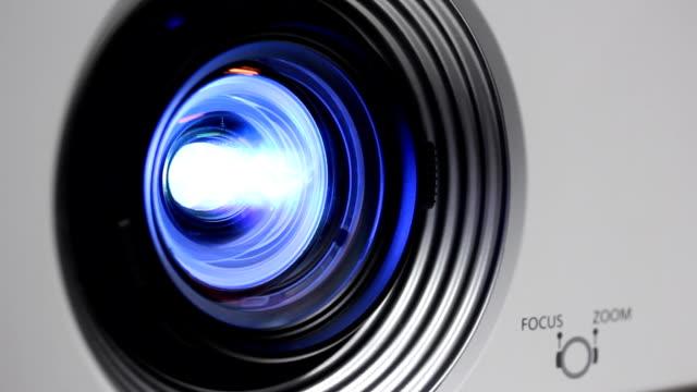 nahaufnahme lichtstrahl projektor linse.part 3 - elektrische lampe stock-videos und b-roll-filmmaterial