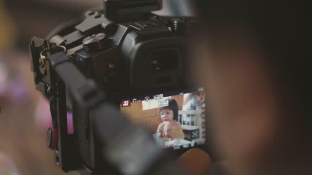 少女カメラで食べるアイスクリームをクローズ アップ - ビデオカメラ点の映像素材/bロール