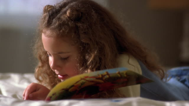 vídeos de stock e filmes b-roll de close up little girl reading alound - 4 5 anos