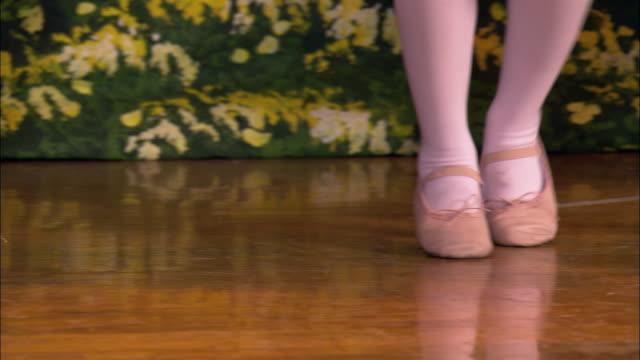 vidéos et rushes de close up little girls' feet dancing in ballet shoes - danse classique