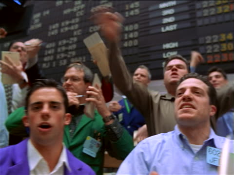 close up male traders shaking arms + shouting on floor of coffee, sugar + cocoa exchange, nyc - chaos stock-videos und b-roll-filmmaterial
