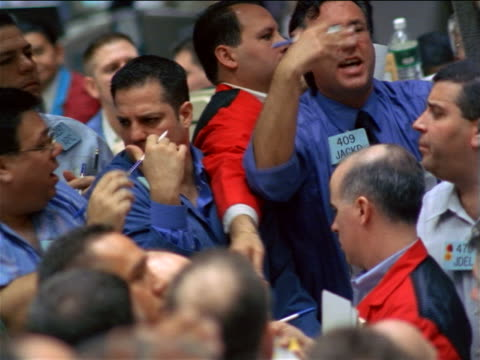 close up pan male traders shouting at each other + waving arms / coffee, sugar + cocoa exchange, nyc - börsenhändler stock-videos und b-roll-filmmaterial