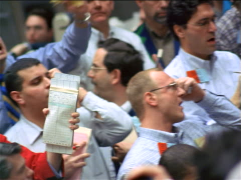 vidéos et rushes de close up pan male traders shouting + waving arms / coffee, sugar + cocoa exchange, nyc - trader