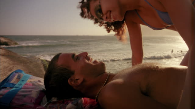 close up man and woman laying on beach + kissing - brusthaar stock-videos und b-roll-filmmaterial