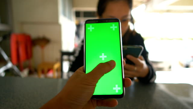 vídeos de stock, filmes e b-roll de close-up homem detém um dispositivo inteligente de tela verde em branco. usando o telefone android. - send