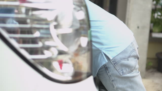 男を閉じてバンに1つの小包箱を渡す - 運ぶ点の映像素材/bロール